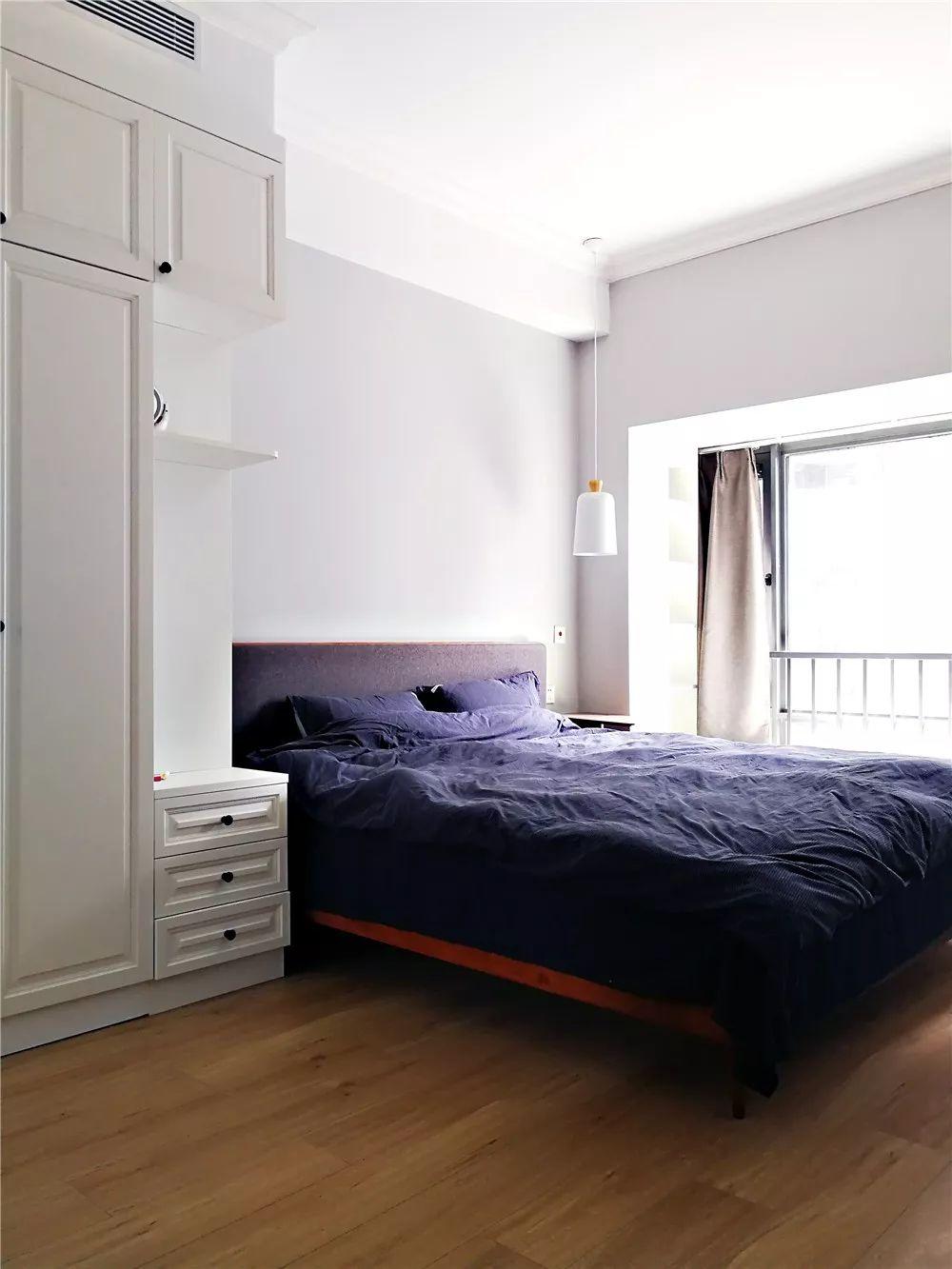 主卧一进门便是顶天立地的衣柜,将临近床头一边做成床头柜,可置物,且减少压迫感。