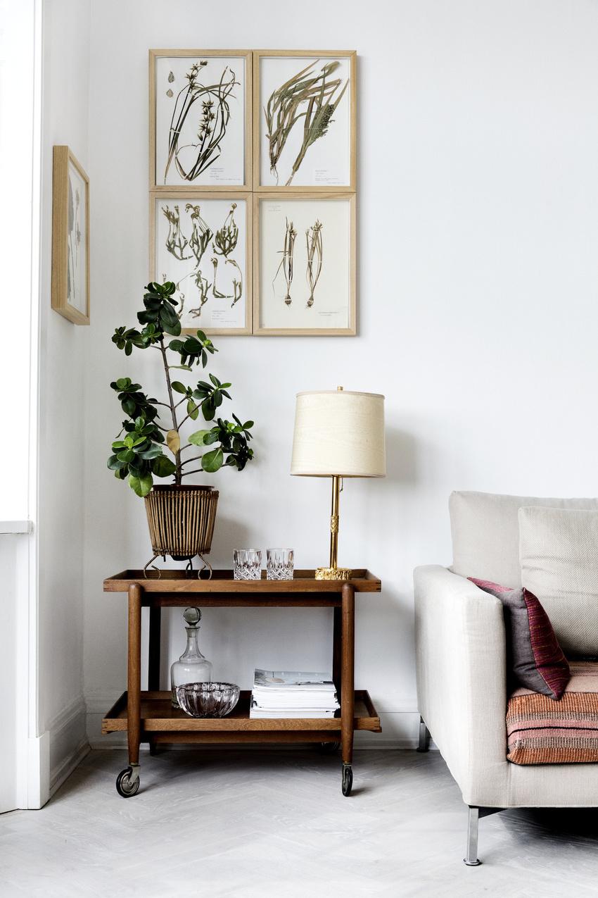可移动的原木边几承担着收纳盒装饰的双重作用,一颗绿植是角落的惊喜。