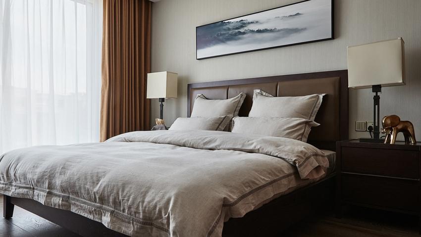 卧室的配色稳重又带有人文气息,淡淡的禅意,能让人放下身心享受生活,体验生活的慢节奏状态。