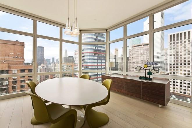 投影收起来,帘头饰重新设计的,实木百叶窗帘可以方便分区控制光线。