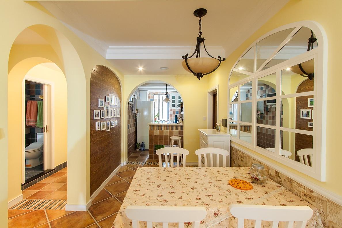 厨房和客厅整合在一个空间里,对于这种做法,也是见仁见智了。