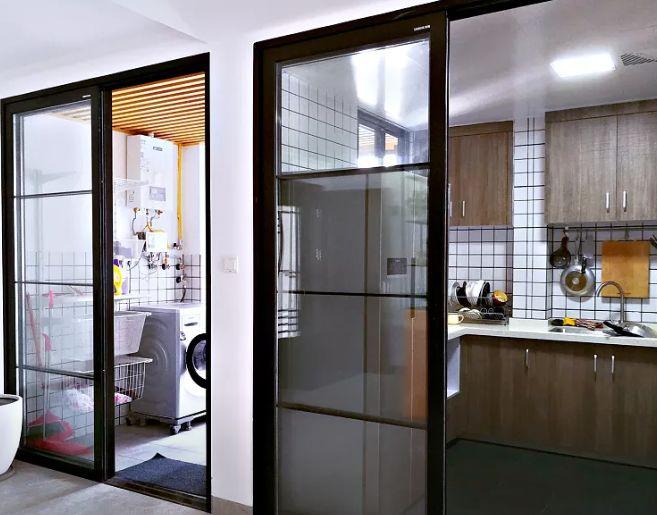 厨房旁是生活阳台,主要用于洗衣和晾衣。厨房跟阳台都用黑色推拉门,让视野更宽阔。
