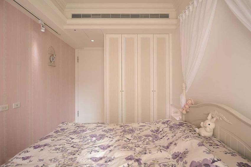 与廊道之间,双向运用的收纳柜体,透过壁布修饰,低调演绎美学因子。