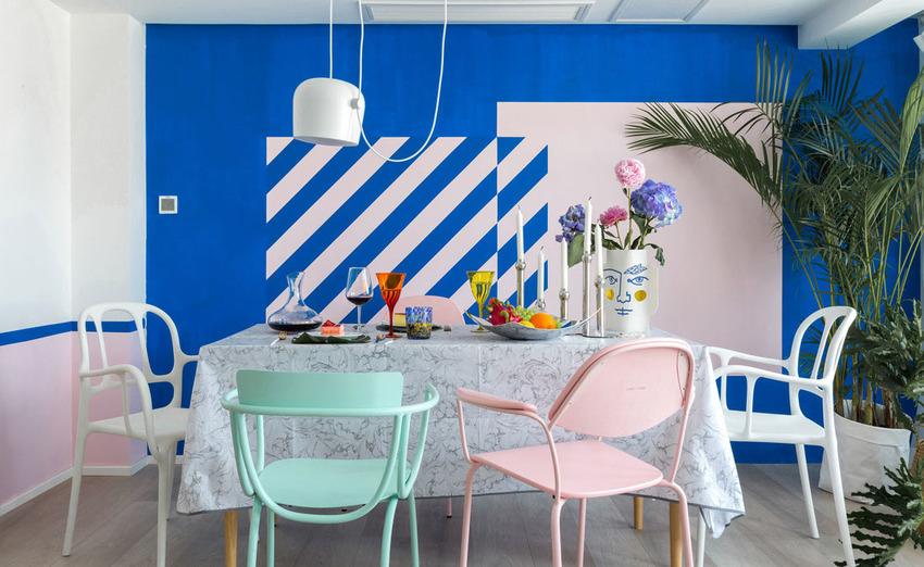 设计师在墙面上大胆的选择了撞色条纹组合,使其成为了整个空间的亮点。