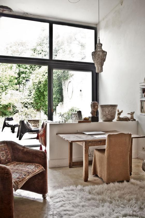 客厅大部分的家饰来自古董店,皮革双人沙发,生锈的时钟,精致的烛台,黑白色调的装饰画,回收木条定做的书