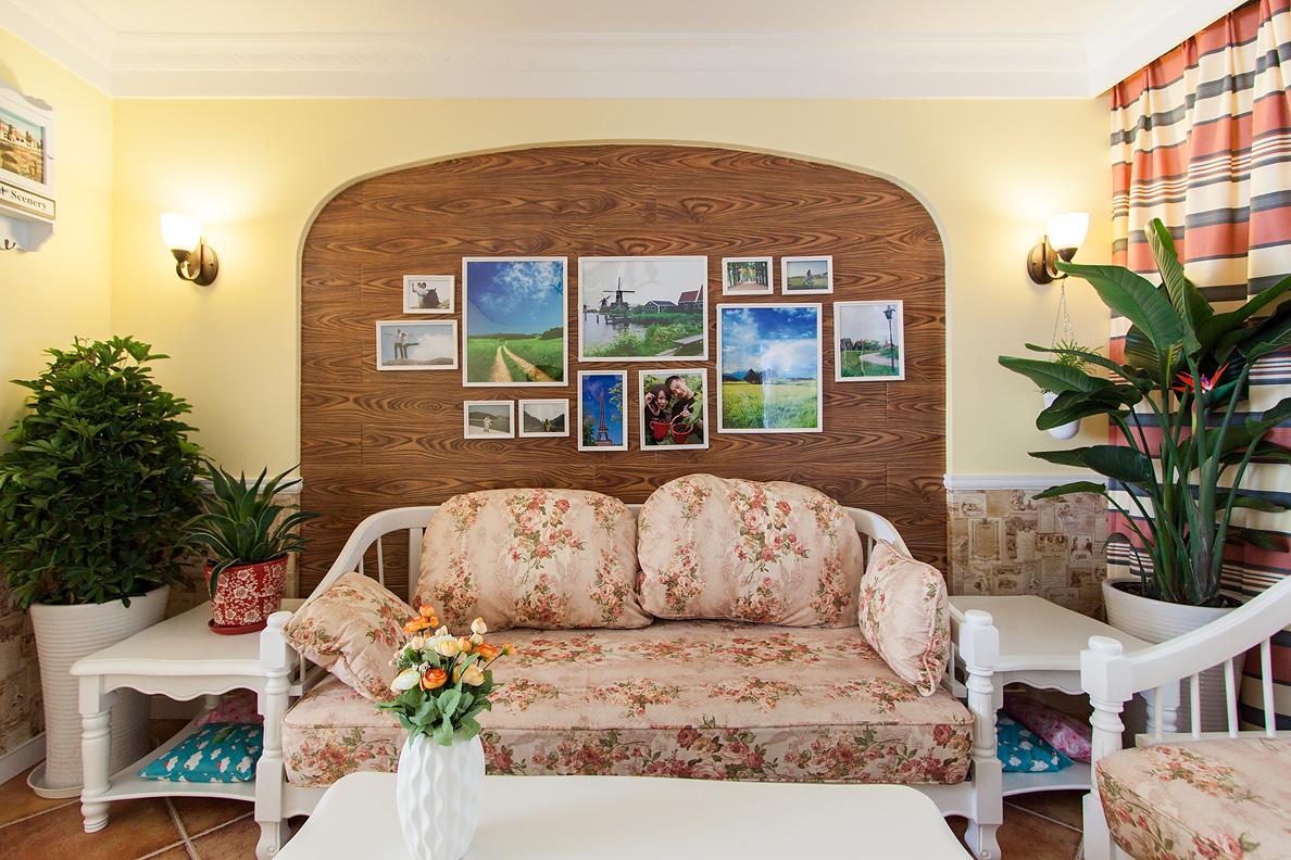 沙发背景墙以木质为主。贴着照片很是别致