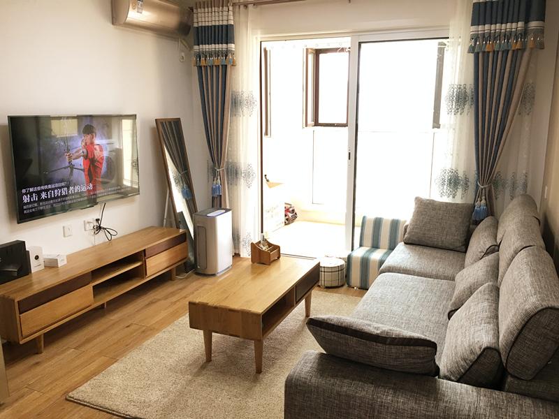 客厅格局简单,整体风格一目了然;室内装饰采用了具有温馨质朴色调的材料。
