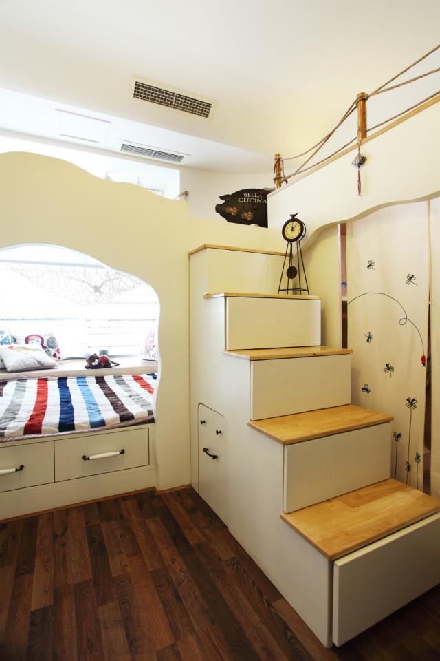 非常个性化的房间设计,充满了童趣,同样极致的利用了空间,也增加了收纳功能。