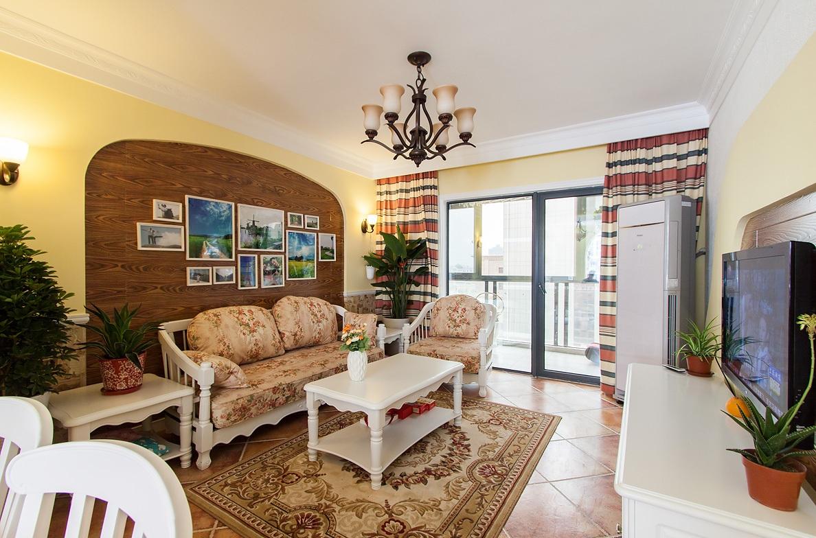 客厅使用了花色调的沙发,虽然可能不是很时尚,但却是相对百搭的选择。