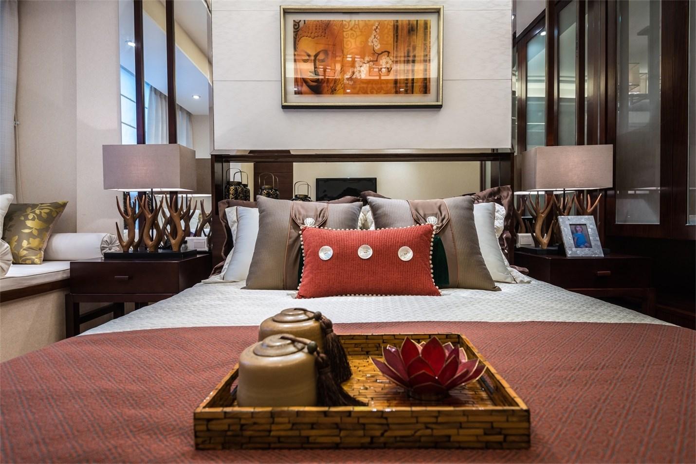 红木衣柜也为房间设计加分。