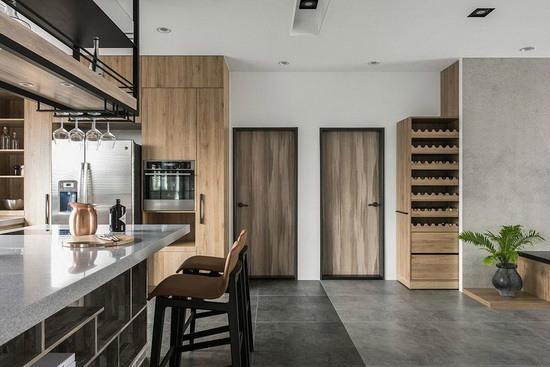 巧妙利用异材质地坪划分客厅与餐厨区,让空间既开放又能保有各自领域性。