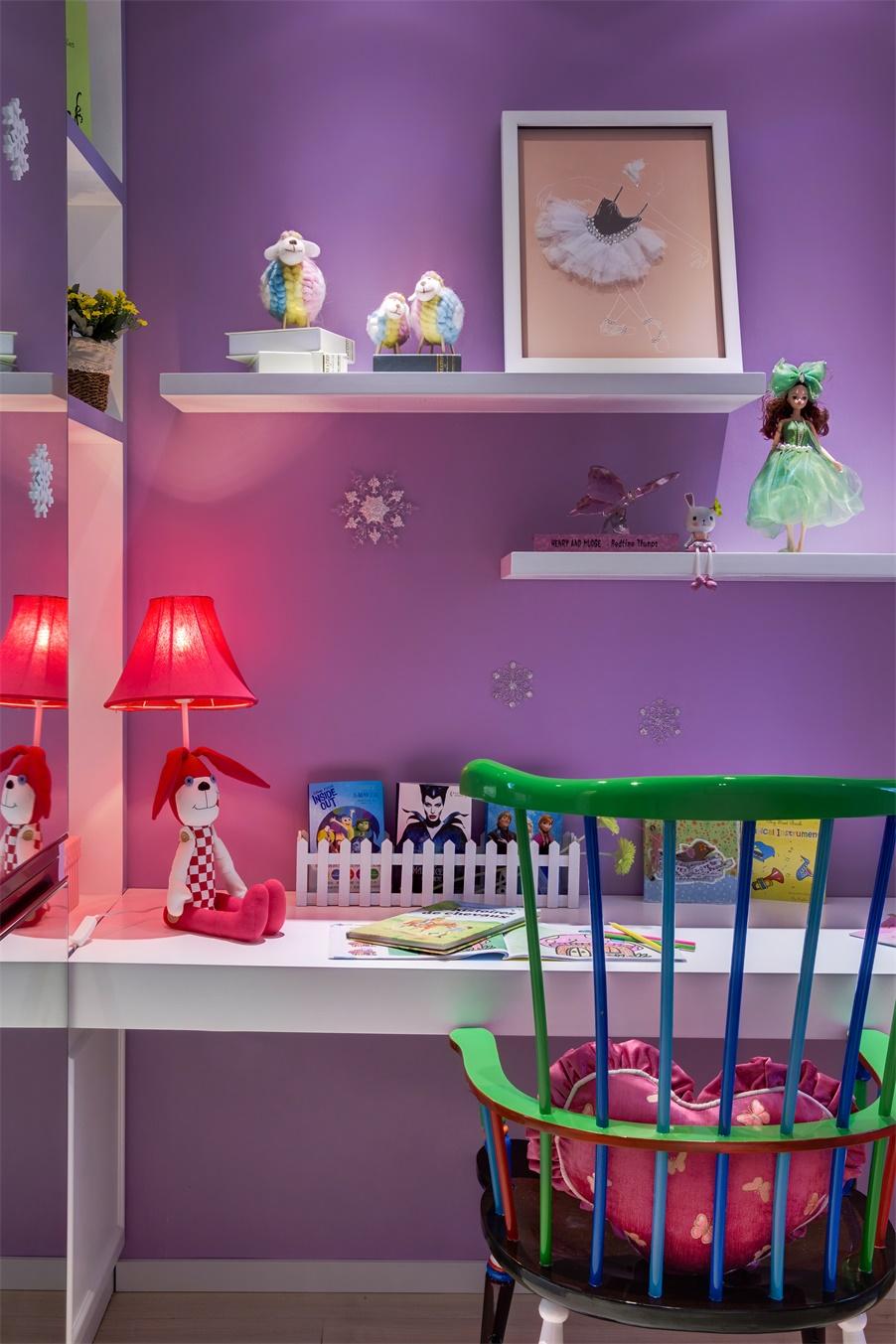 儿童写字桌通过简练的线条和造型,营造出童趣感的空间氛围。
