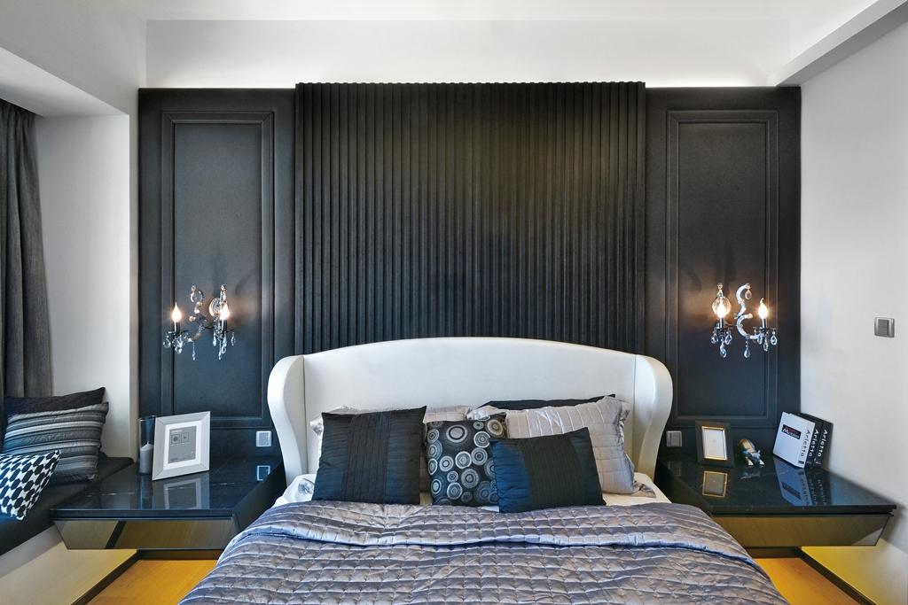 次卧室是黑色背景墙和周边白色搭配很是简约大方,床头柜两边精致的吊灯很是时尚
