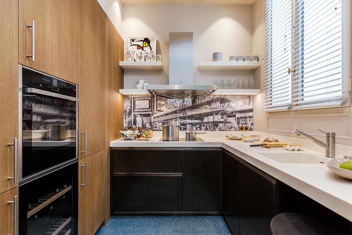 浅色的餐厅,温馨舒适,隔着门,还可以清楚看到厨房的布局。