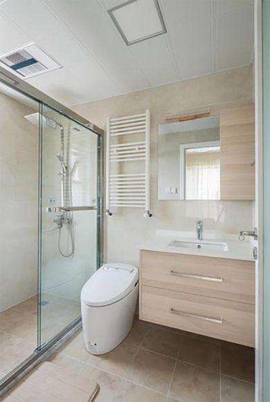 板岩砖地板增加浴室的朴实质感,整面的明镜有效拉宽空间距离,视野宽敞明亮,让人感觉很舒畅。