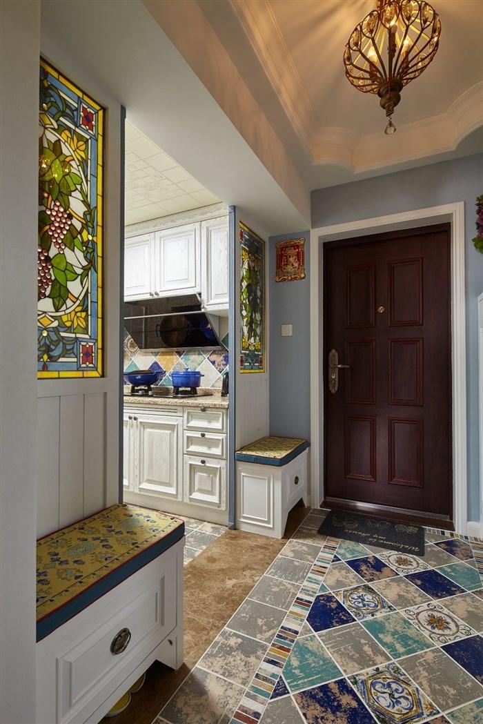 玄关处就可以看出美式的风格,蓝色的墙面却透着地中海的味道。