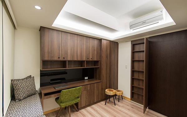 退缩书房界线后多出的畸零空间,设计师也善加利用成为10cm的薄型收纳柜。