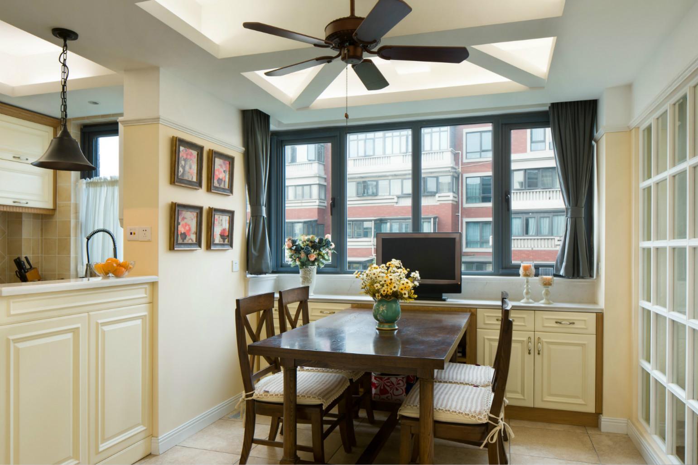 餐厅的布置也比较简单,原木的桌椅,墙上 的木制相框,营造的是古朴的家具舒适感。