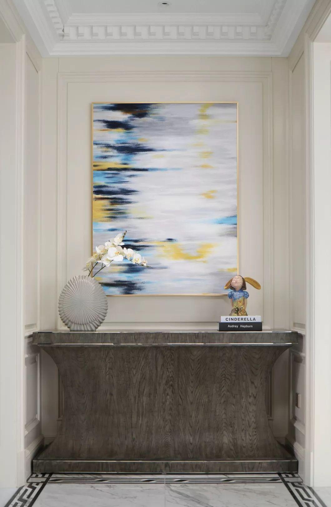 原本的白加灰会使得空间的整体色调过于暗沉,灯光上用比较暖的照明让整个空间明亮华丽,流露温情。