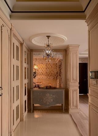透亮的喷砂玻璃和优雅矮柜搭衬,与天花的华美吊灯形塑一幅艺术端景。