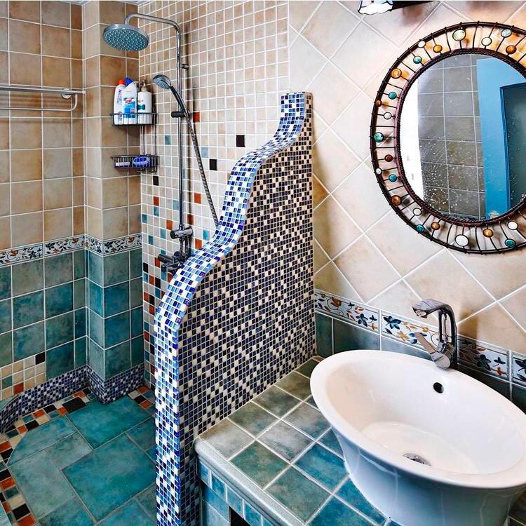 卫生间用瓷砖做了很好的不规则遮挡物,干净整洁