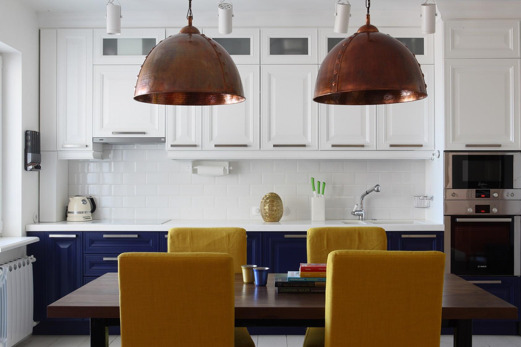 餐厅以木质餐桌,黄色布艺座椅,和简单不简约的吊灯,很是简约时尚
