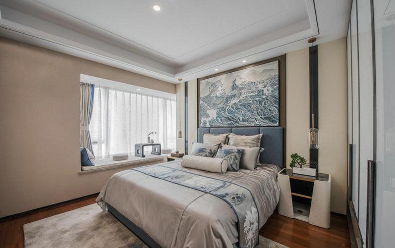 卧室以驼色漆粉刷墙面,圆形中式画的造景让空间多了东方新时尚;素色床品和蓝色靠垫巧妙地配色,不失魅力。
