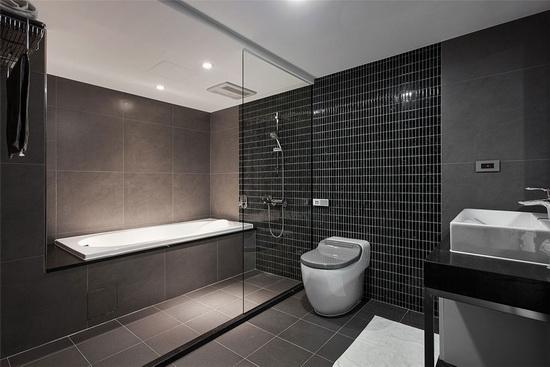 整合两间卫浴打造的完整四件式卫浴,拥有媲美饭店卫浴般的沐浴享受。