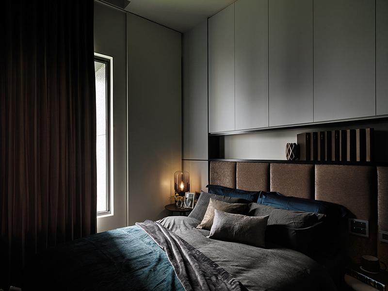 低色调成就卧室的美学质感,借由角落一盏夜灯,照亮空间的柔美细节。