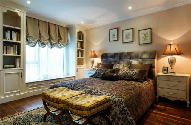 卧室以白色整体橱柜装饰成飘窗和搁板置物架设计,简捷实用,很是别致。
