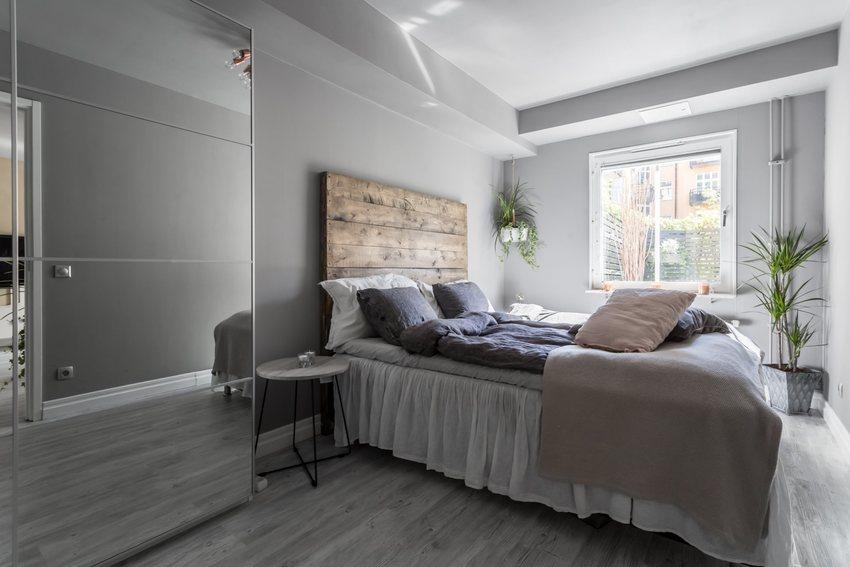 在卧室里,让人不得不服的是这原木的床背靠,几块木板拼制而成,与整体风格显得非常的突兀。