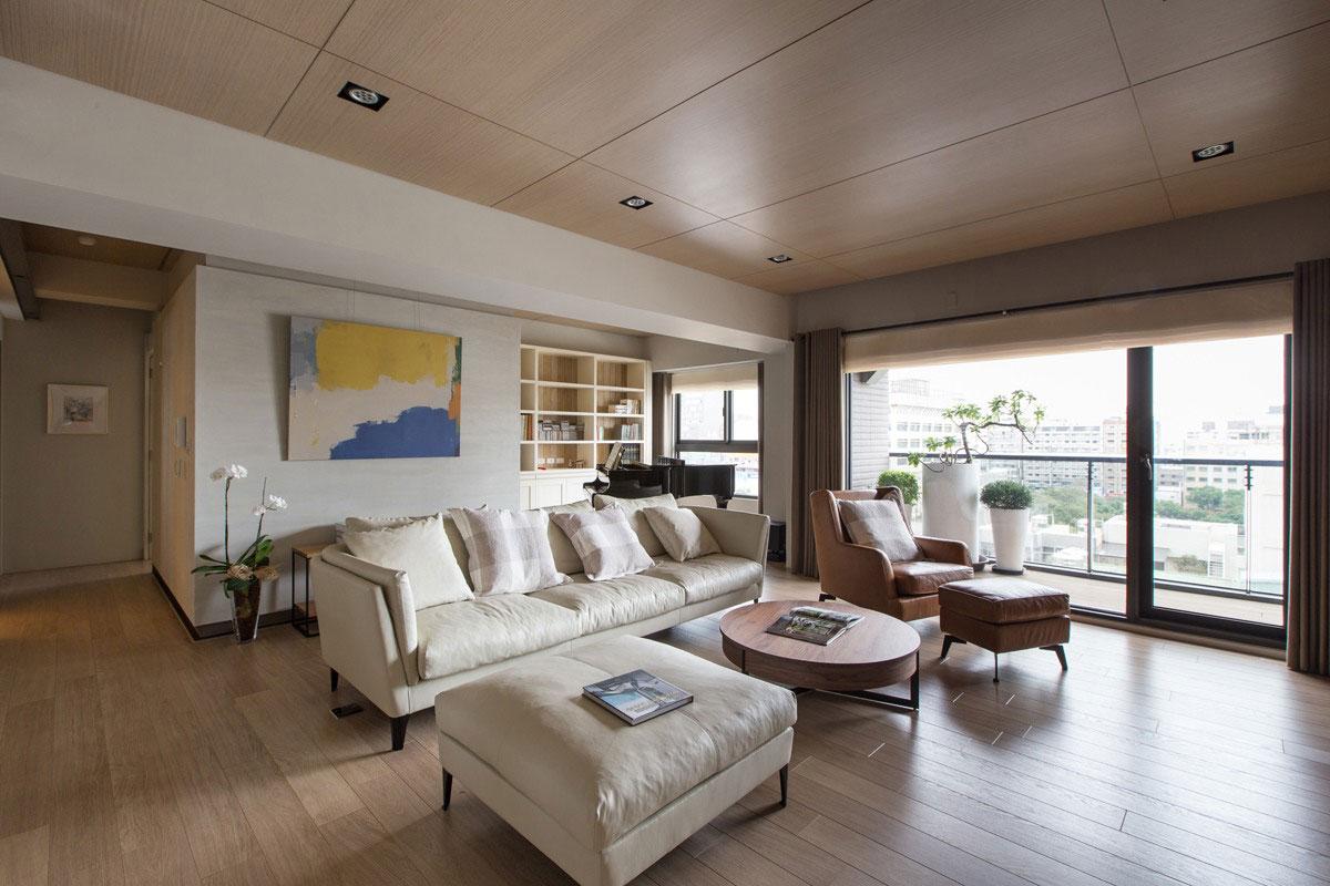 木质的小圆茶几以及同色的单人沙发使整个空间时尚简洁
