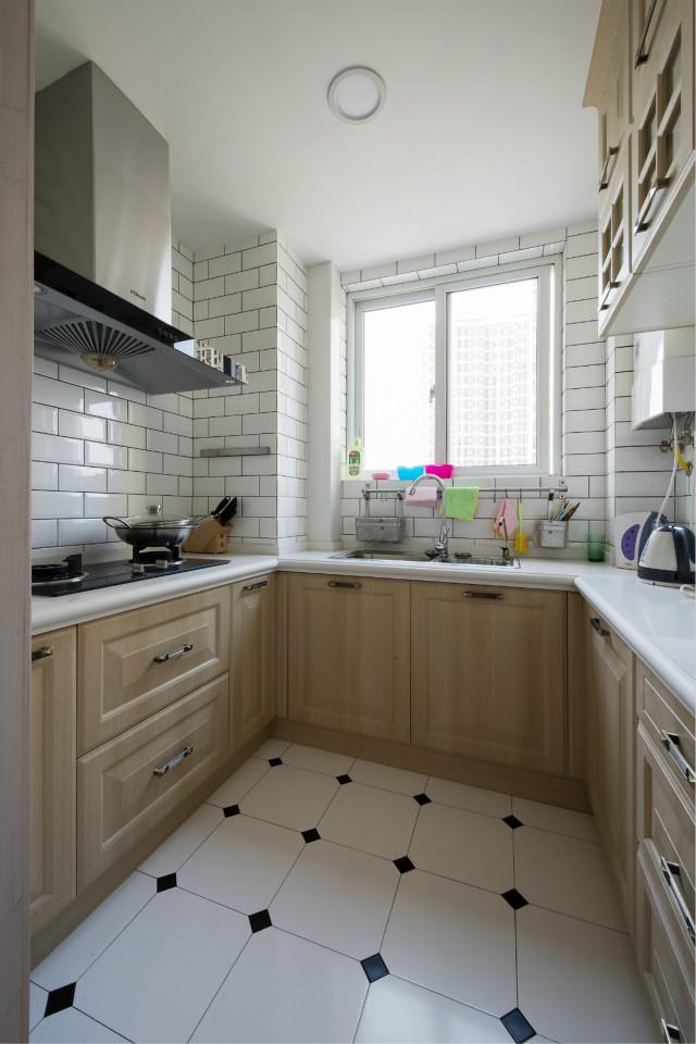 U型橱柜设计,让烹饪更方便,白色墙砖、地砖以及浅色橱柜,增加了厨房光线,非常朴实亲切。