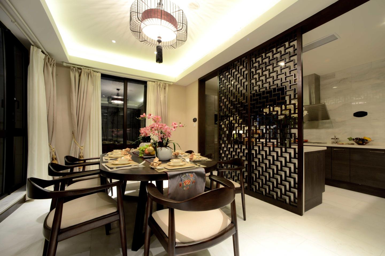餐厅的设计简洁自然,木质家具造型古朴、简单,整体相呼应,尽显东方雅韵气质。