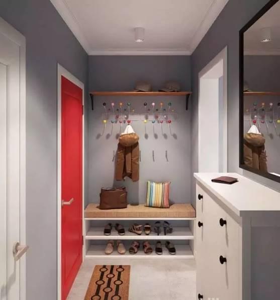 玄关鞋柜和换鞋凳一体化设计,糖果挂钩衣架和抱枕,以及大红的入户门,感觉即将进入一个绚烂的七彩世界!