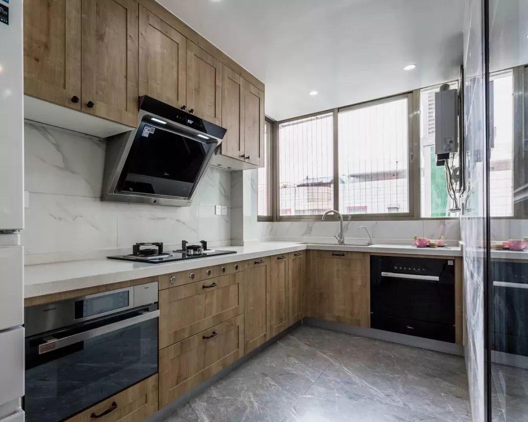 原厨房空间面积较小,现把生活阳台融入厨房,扩大厨房的使用空间。