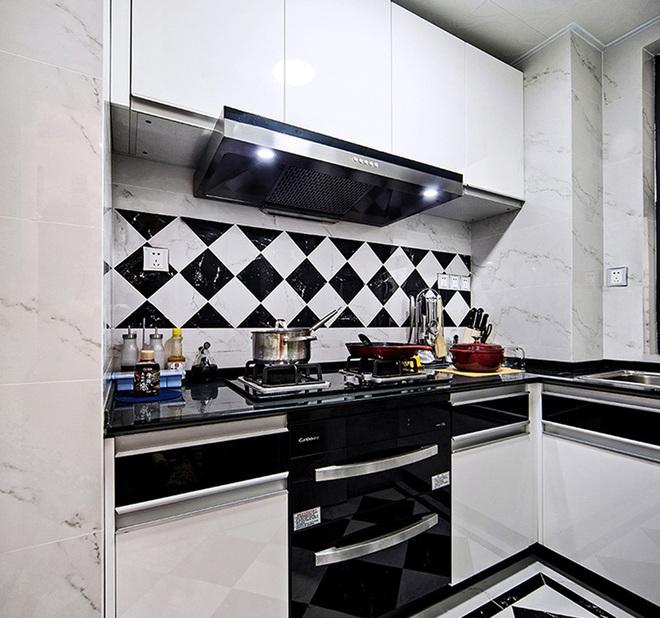 厨房用的是简单的黑白基调,黑白瓷砖的交错铺贴,现代感十足又显得干净整洁。