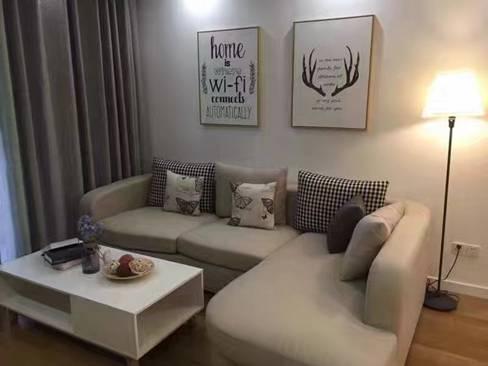 圆角沙发让客厅温柔起来,靠垫凸显出不对称美,一切简单又温馨。