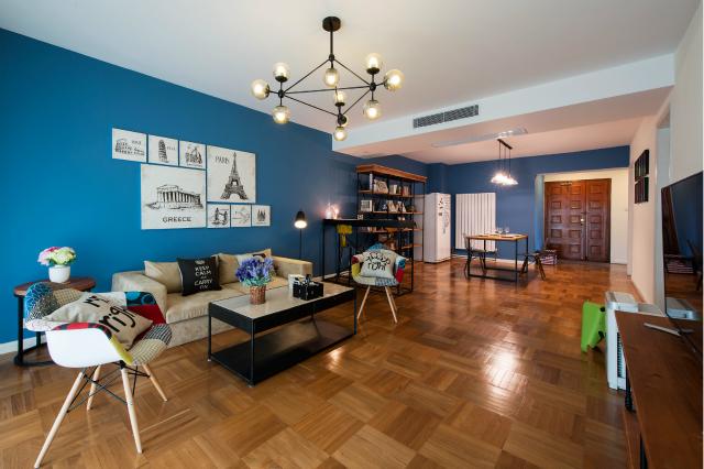 客厅与餐厅以吧台书桌设计巧妙隔离。棕色方形地砖的运用,让田园的清新从无形中流露出来。