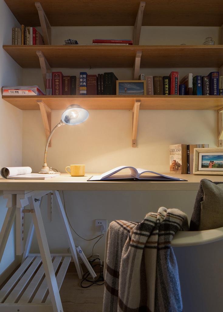 不知道为什么,简单的台灯和书籍之间的默契,就像是提前说好。