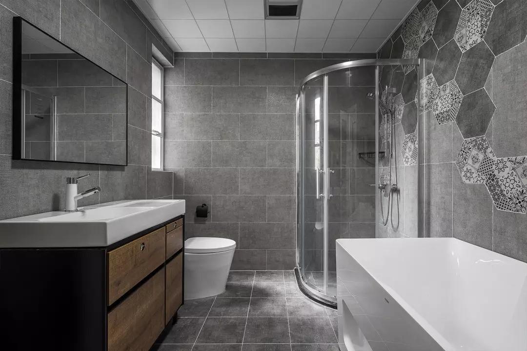 主卫设有浴缸和淋浴房,空间足够,满足业主不同的需求。