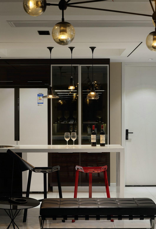 廚房工作台延伸出一個小型吧台,增加了操作空間,濃縮著意想不到的功能與細節。