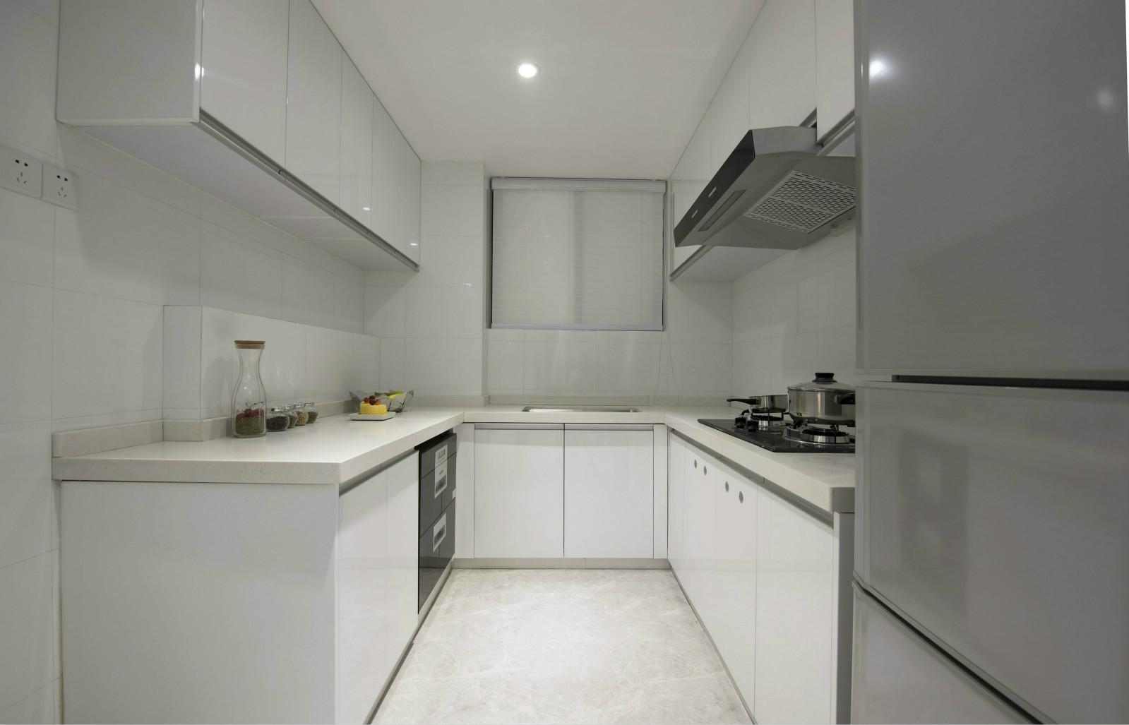 厨房整个墙面是以瓷砖镶嵌而成,自然而简,很是别致。