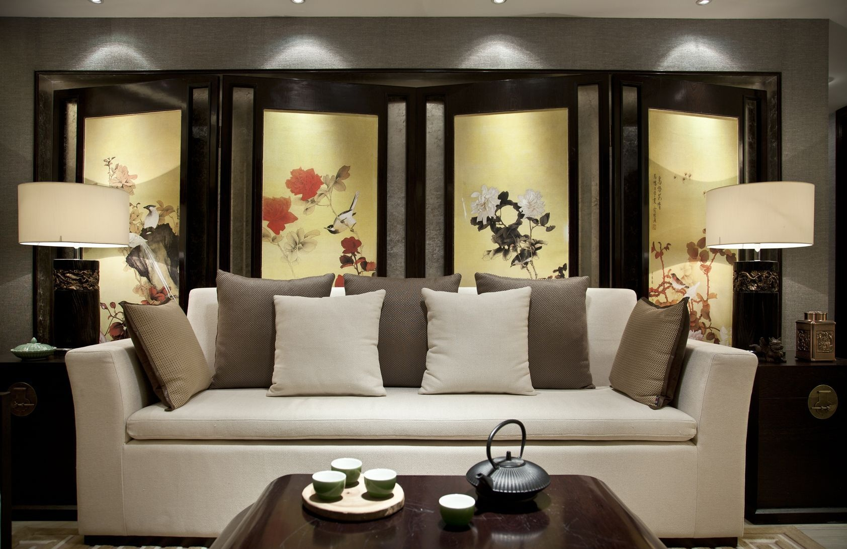沙发背景墙与电视背景墙都是浅色的花纹,这个角度看过去红木的博古架十分的典雅