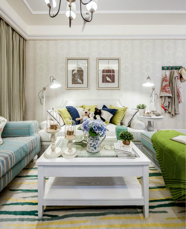 客厅沙发背景的照片墙,其中自然界元素带来了浓厚的田园味道。地毯参差不齐的多彩花纹造型,更显随性自由。
