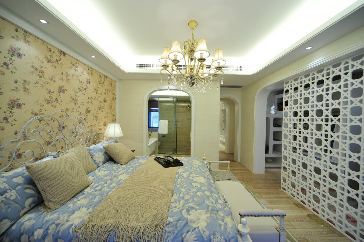 卧室中放置着清晰线条的深蓝色原木简约大床,旁边搭配上同样材质的橱柜,很是别致。