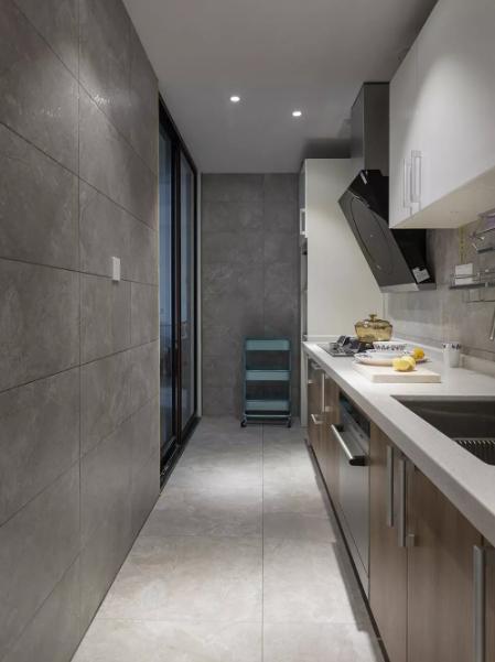 厨房够大,可以放下双门冰箱和高柜,石灰色与白色的搭配显得十分的高级~