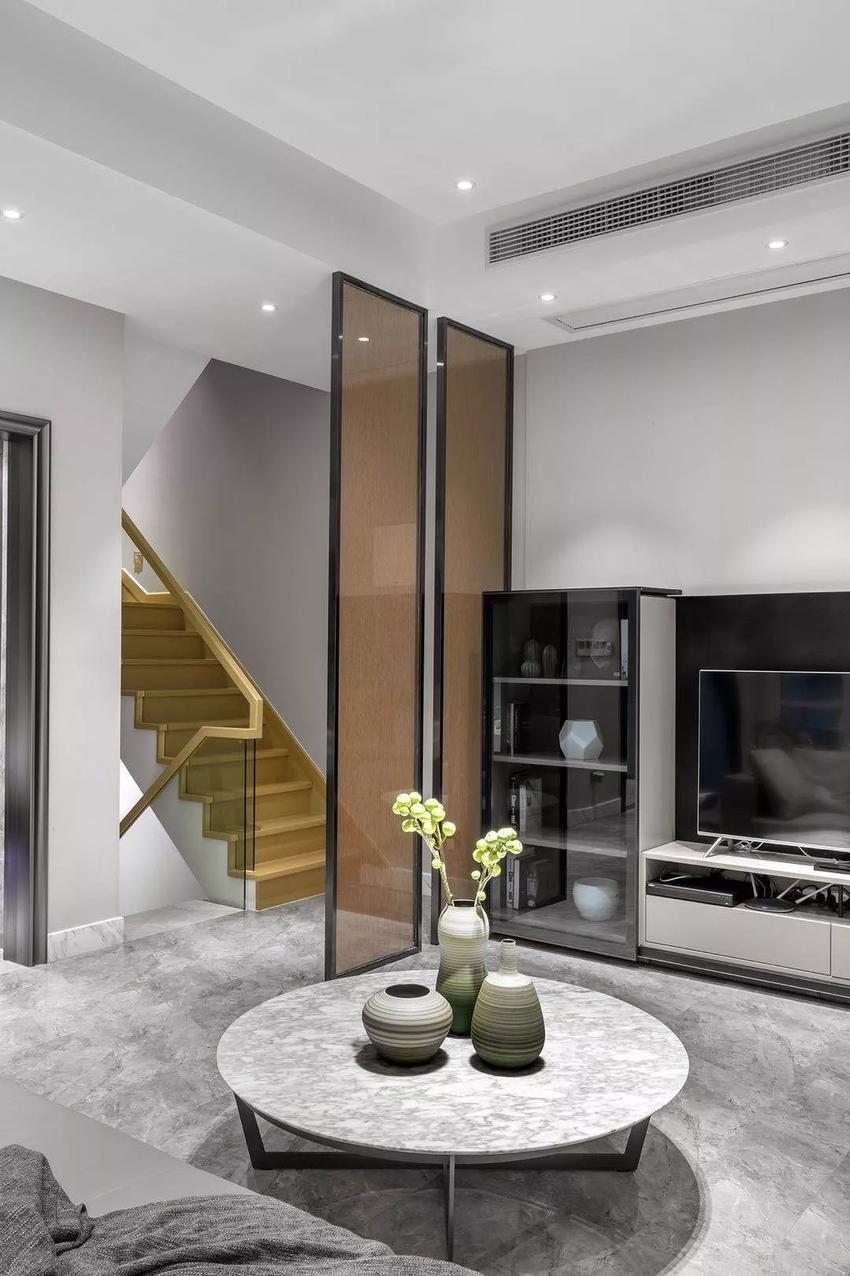 设计师用简洁的线条和强烈的色调对比,配合不落俗套的家具,把酷和帅气全面呈现,给人耳目一新的感觉。