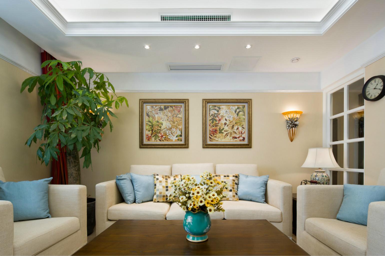 客厅布置 的简约又有生机,盆栽与小花,增加了很多色彩。