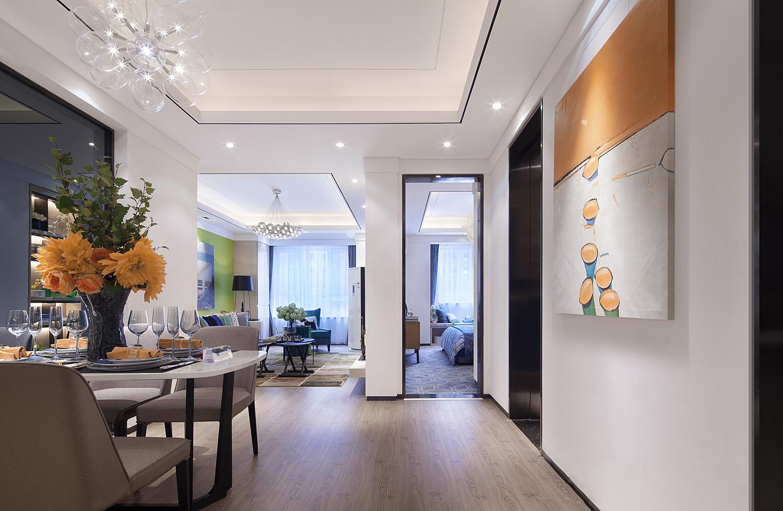 吊顶的特色风扇型吊灯十分有东南亚的风味,烟火的气息拂过这片空间,客厅、餐厅、厨房纵深线拉长了视觉空间